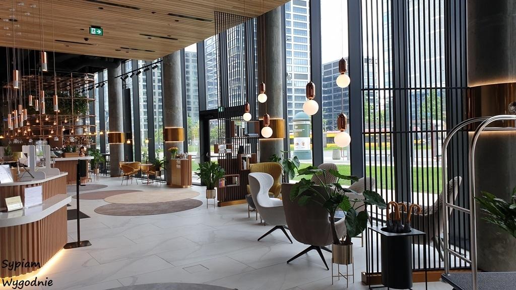 Recepcja Crowne Plaza Warsaw THE HUB. Projekt wnętrz opracowała pracownia Tremend